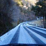 雪で立ち往生の車に罰金 を国交省が検討